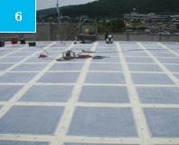 テクノパネル 敷き込み 断熱材の上にFRP層を形成したパネルを敷く事によって外断熱効果をもたせることができる。