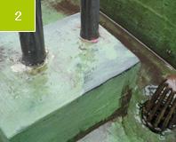 施工前 鉄製の手摺りが根元のあたりで錆の腐食がある。