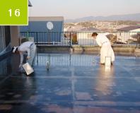床面 中塗り塗布 FRP防水の保護と表面を平滑にするために樹脂を塗布。