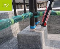 手摺端末部コーキング打設 手摺りの天満処理した部分に防水層を巻き付けコーキングすることにより水の浸入を防ぐ。