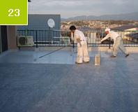 遮熱ゲルトップ塗布 仕上げ研磨し、綺麗に清掃をした後トップコートを塗っていく。遮熱性のトップコートを塗ることにより室内温度を和らげる。